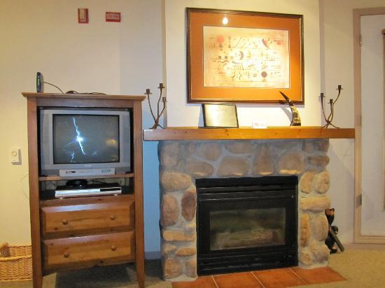 Whistler Town Plaza Suites: TV and fireplace