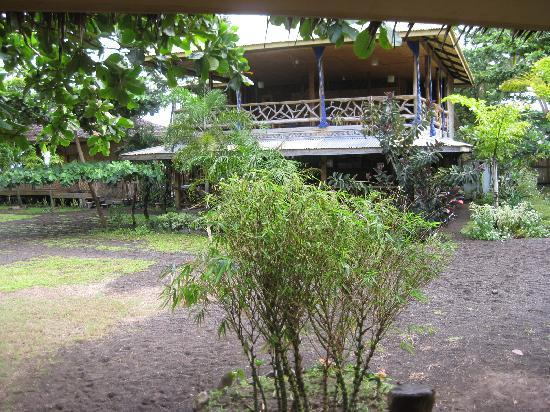 Camiguin Action Geckos Dive & Adventure Resort: The main house with resto, single rooms upstairs and - taraaa - an open area which perfectly can
