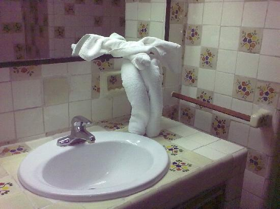 Posada de la Aldea: Bathroom with an elephant figure made of a towel