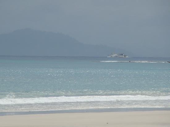 Radhanagar Beach: Cruise in the rain!