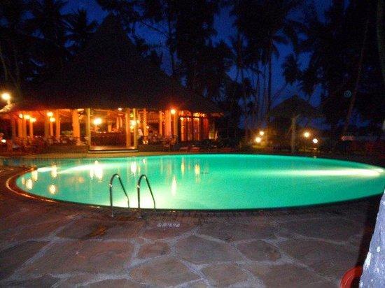 Neptune Village Beach Resort & Spa: Pool of a night