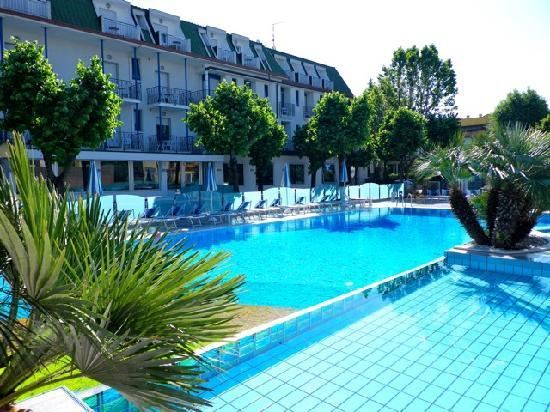 Hotel Paris Resort : vista piscina e hotel