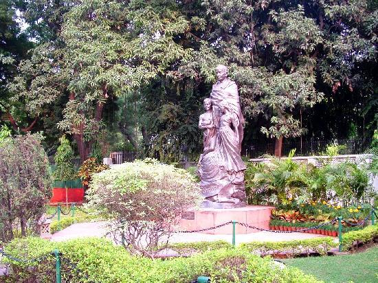 Gandhi Smriti: Statue in the well-tended gardens