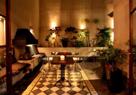Miravida Soho Hotel and Wine Bar: Courtyard at night