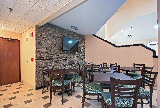 Quality Inn Brunswick Cleveland South: Breakfast Seating Area