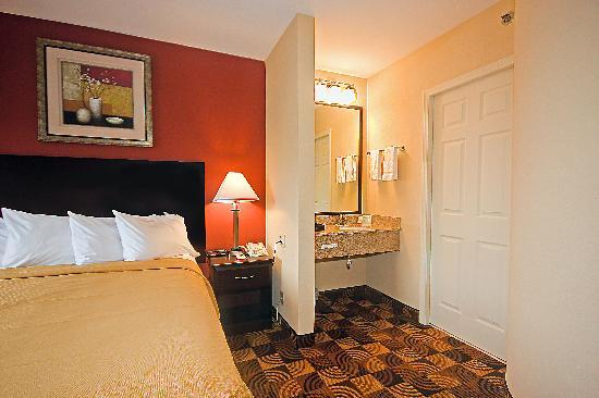 Quality Inn Brunswick Cleveland South: Spacious  Queen Room