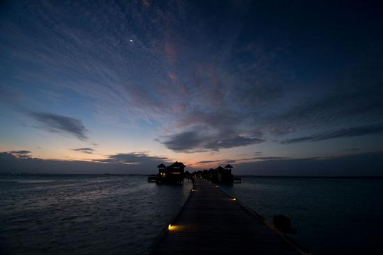Gili Lankanfushi Maldives: Sunset over Jetty 3