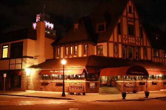 The Red Coach Inn Historic Bed and Breakfast Hotel: Red Coach Inn at night