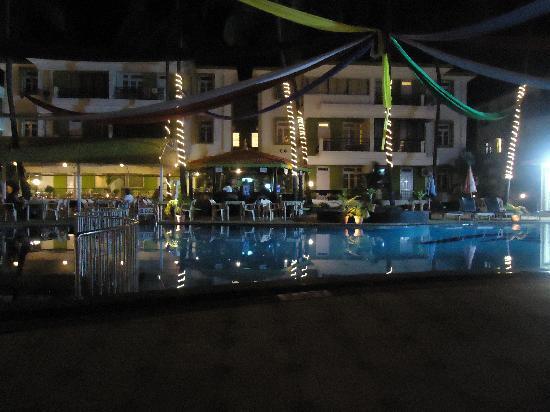 Alor Grande Holiday Resort: hotel view at night