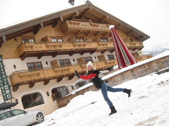 Aurach bei Kitzbuehel, Østrig: Vor dem Hotel