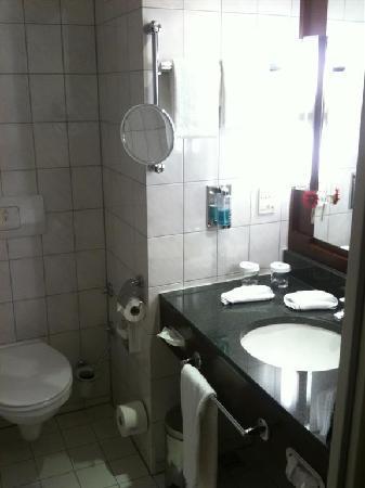 Hilton Nuremberg: Bathroom