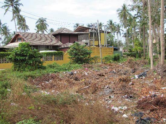 Gajapuri Resort & Spa : Müllhalde vor dem Eingang