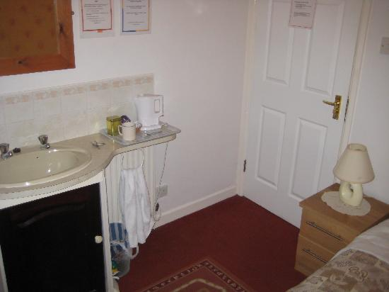 Albany Guest House: Wash basin and tea/coffee facilities (topped up on a daily basis!)