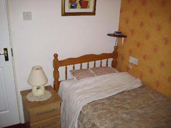 Albany Guest House: Bed (after I'd slept hence not being made so well!)