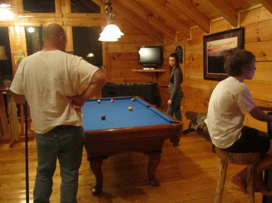 Smoky Cove Chalet and Cabin Rentals: Game room.