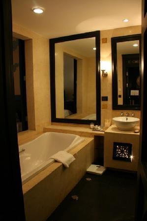 โรงแรมทาจทาชิ: bathtub, shower, toilet