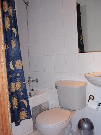 Hotel Da Vinci Valparaiso: The bathroom