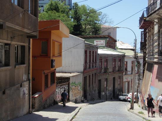 Hotel Da Vinci Valparaiso: From the street