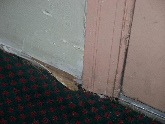 Estill, SC: PEELED WALL AT THE FRONT DOOR