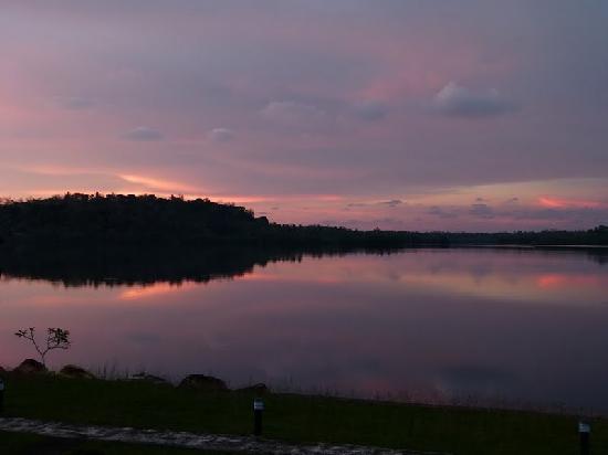 Kalla Bongo Lake Resort: lagoon sunset