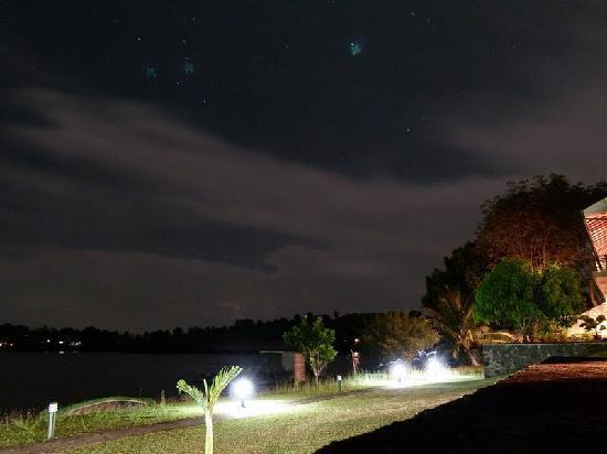 Kalla Bongo Lake Resort: at night