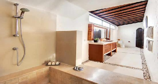 The Villas Bali Hotel & Spa: Every bedroom has its own ensuite bath