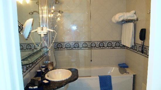 Casa Morgano: Nicely appointed bathroom