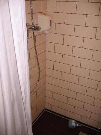 Bilderberg Residence Groot Heideborgh : Outdated bathroom in the Royal Suite