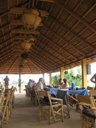 Bandiagara, Mali: salle de restaurant sur la terrasse. A dining room on the terrace.