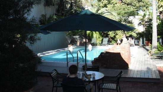 Simonton Court Historic Inn and Cottages : Breakfast by pool