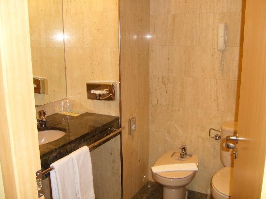 Golden Tulip Andorra Fenix Hotel : cuarto de baño