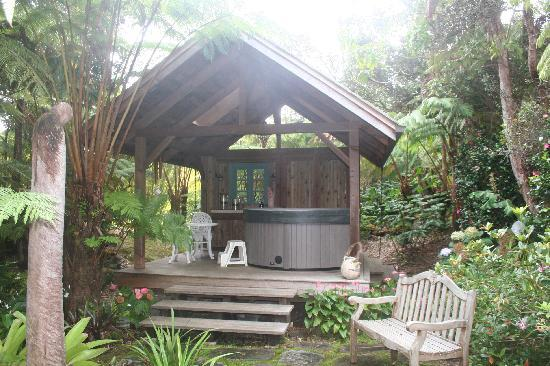 Volcano Teapot Cottage: The secluded hot tub just a few steps away