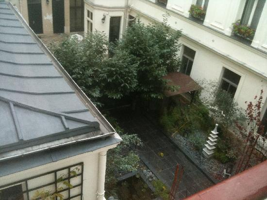 Maison Zen: a view of the courtyard