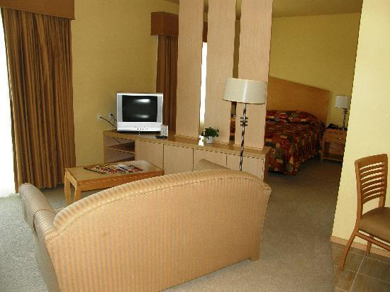 Corporate Inn Sunnyvale: Looking from the living area to the bedroom; there are drawers on the other side of the divider