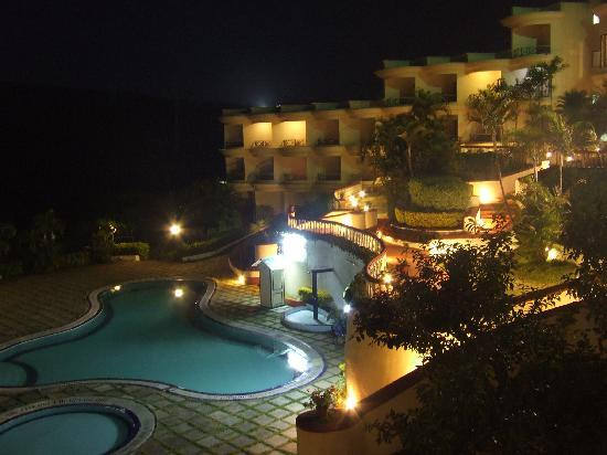 The Fern Surya Resort, Mahabaleshwar: An evening by the pool