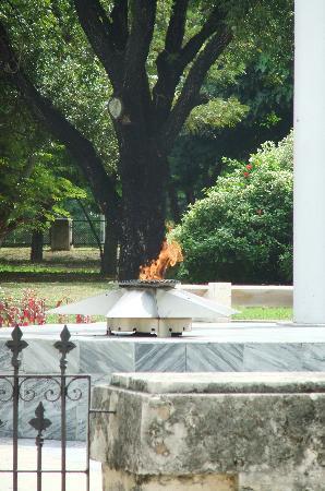 Santa Ifigenia Cemetery: Fire at José Marti's tomb