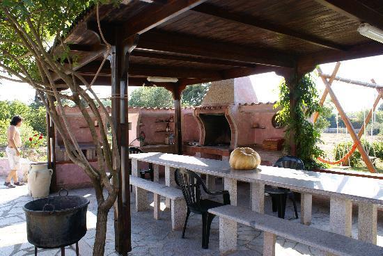 B&B Antico Casolare Sorso: La veranda esterna con il barbecue