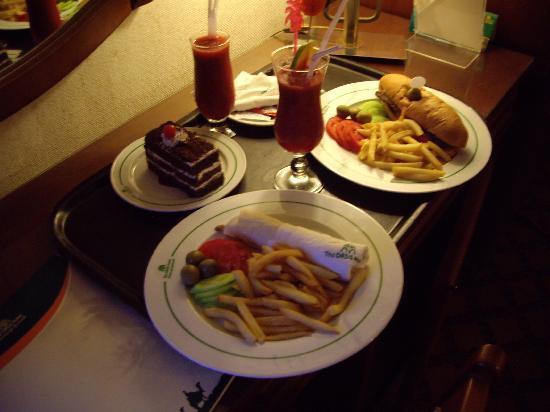 โรงแรม โอเอซิส: room service :-)