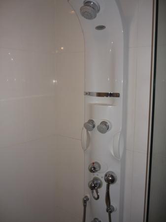Vabien Suite I Serviced Residence: Shower in master toilet