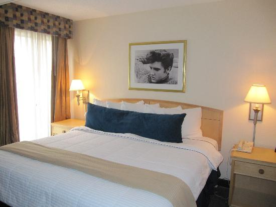 Elvis Presley's Heartbreak Hotel: Bedroom Heatbreak Hotel Memphis