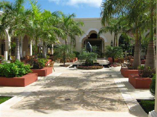 Valentin Imperial Riviera Maya: Court Yard