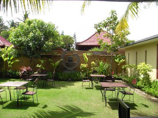 Apa Kabar Restaurant: Outside dining area at rear of restaurant
