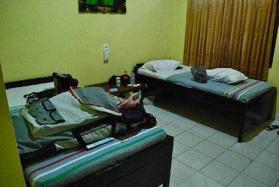 Gora Beach Inn: The beds. Pls excuse the mess.