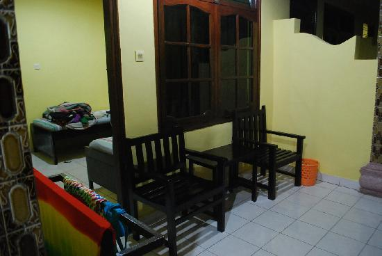 Gora Beach Inn: From outside the room. All rooms are like these. 2 seats outside,with a rack to hang your wet to