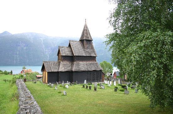 Eplet Bed & Apple: église en bois debout, sur la rive en face