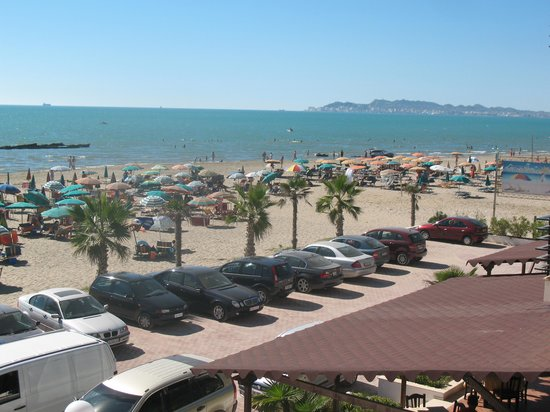 Hotel Oaz : parking and the beach