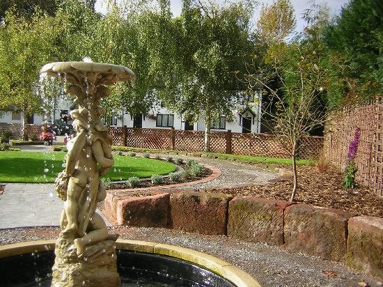 Burlton Inn Restaurant: Beautiful ornamental garden with water feature