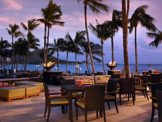 Sheraton Waikiki: Rum Fire Lanai at night