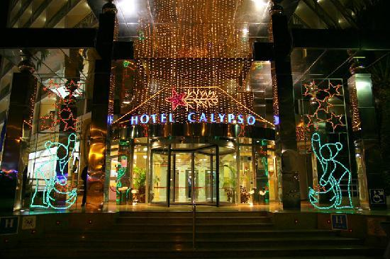 Servigroup Calypso: The front of the hotel lit up for christmas.