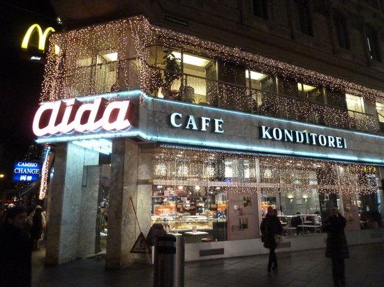 Cafe-Konditorei Aida: Aida zu Weihnachten von Aussen